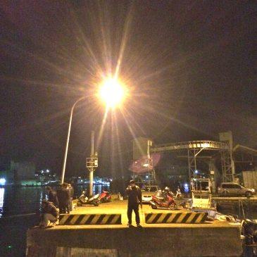 夜的和平島:港畔釣魚不寂寞